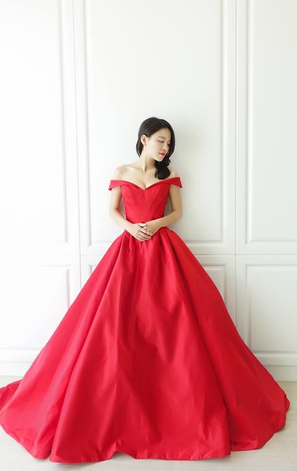 甜美卡肩紅緞禮服 - 愛情蔓延精緻婚紗 - 台中婚紗 | 禮服出租 | 婚紗推薦