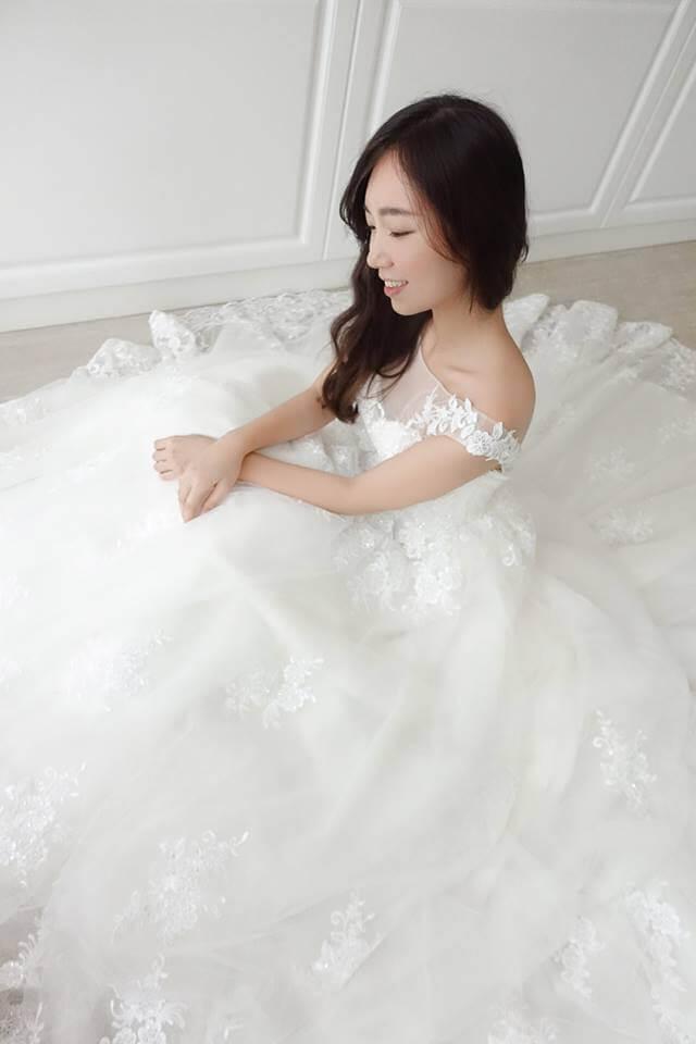 優雅一字蕾絲卡肩白紗- 愛情蔓延精緻婚紗 - 台中婚紗 | 禮服出租 | 婚紗推薦