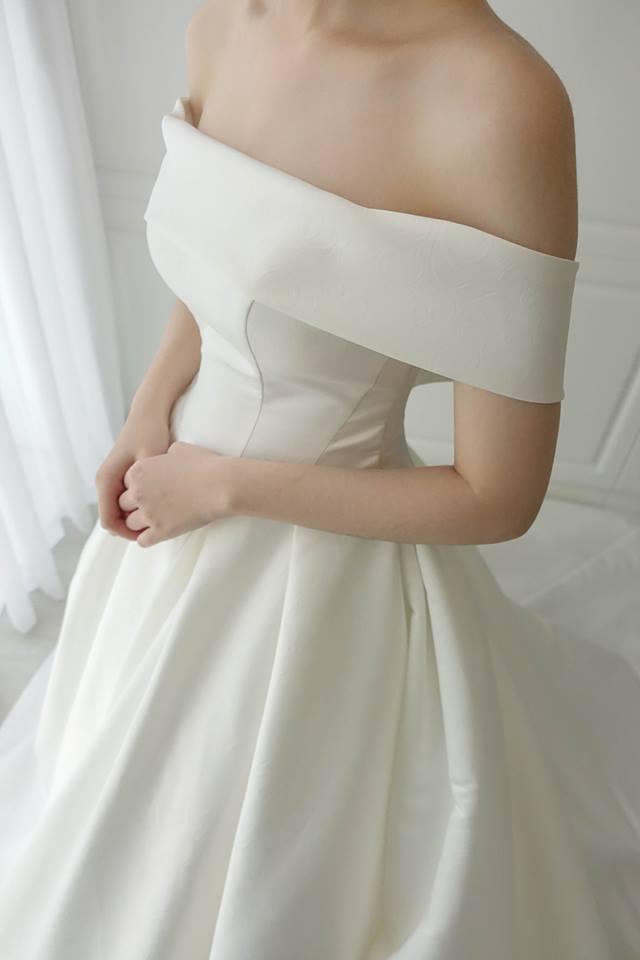 兩穿式特殊壓紋卡肩 - 愛情蔓延精緻婚紗 - 台中婚紗 | 禮服出租 | 婚紗推薦